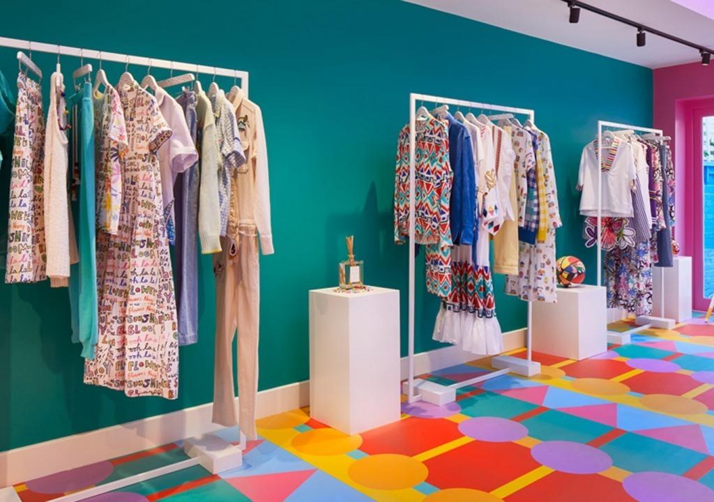 Imagem da notícia: - Loja de roupa multicolorida e alegre